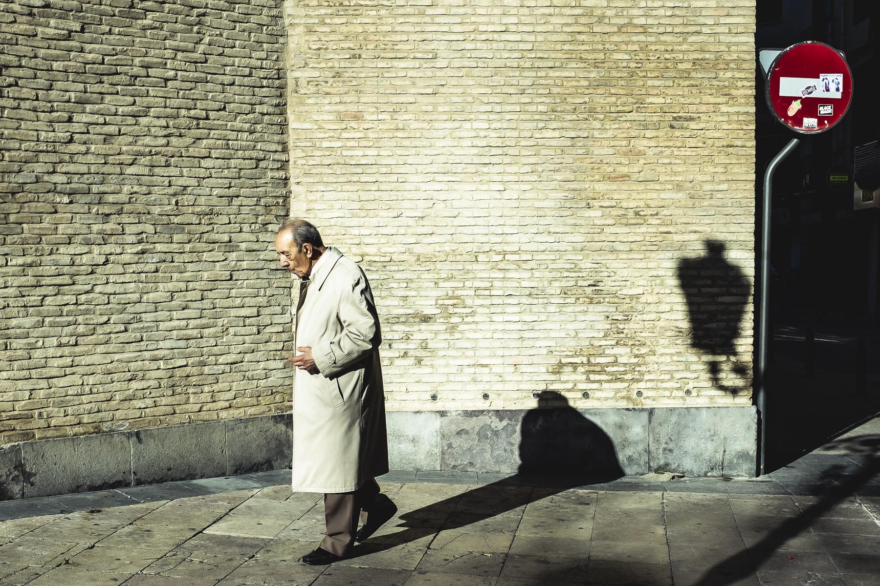 Paseante por calle Don Jaime de Zaragoza