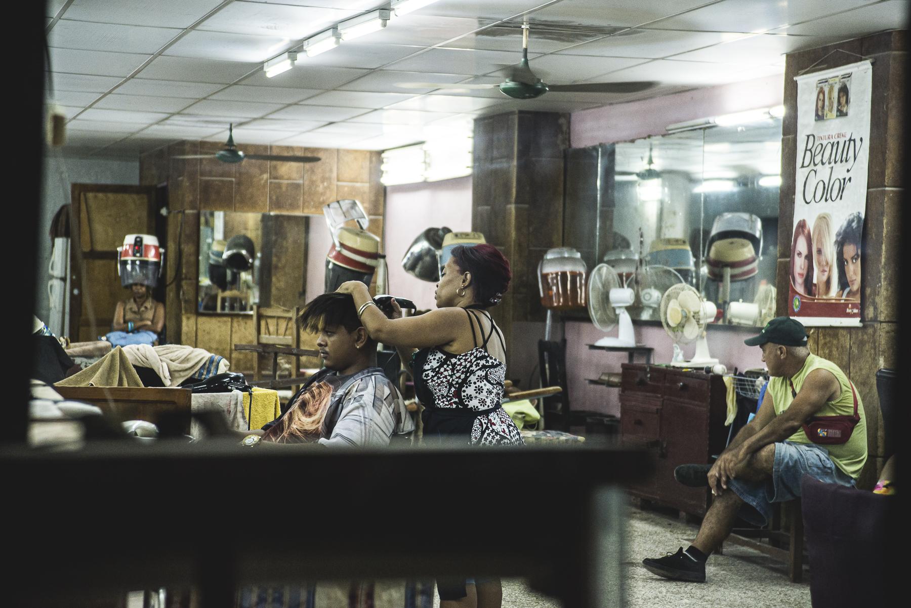 Peluquería de La Habana, Cuba / Zaragoza Walkers /streetphoto, fotografía callejera