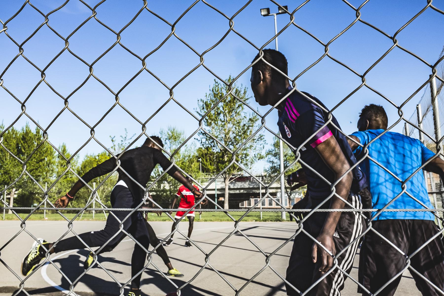 Chicos jugando al futbol en la Almozara Zaragoza