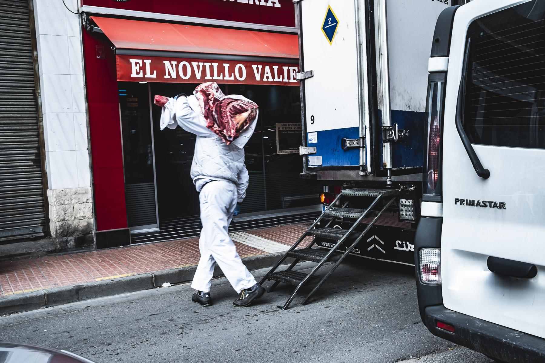 Carnicero en Casablanca reparte carne