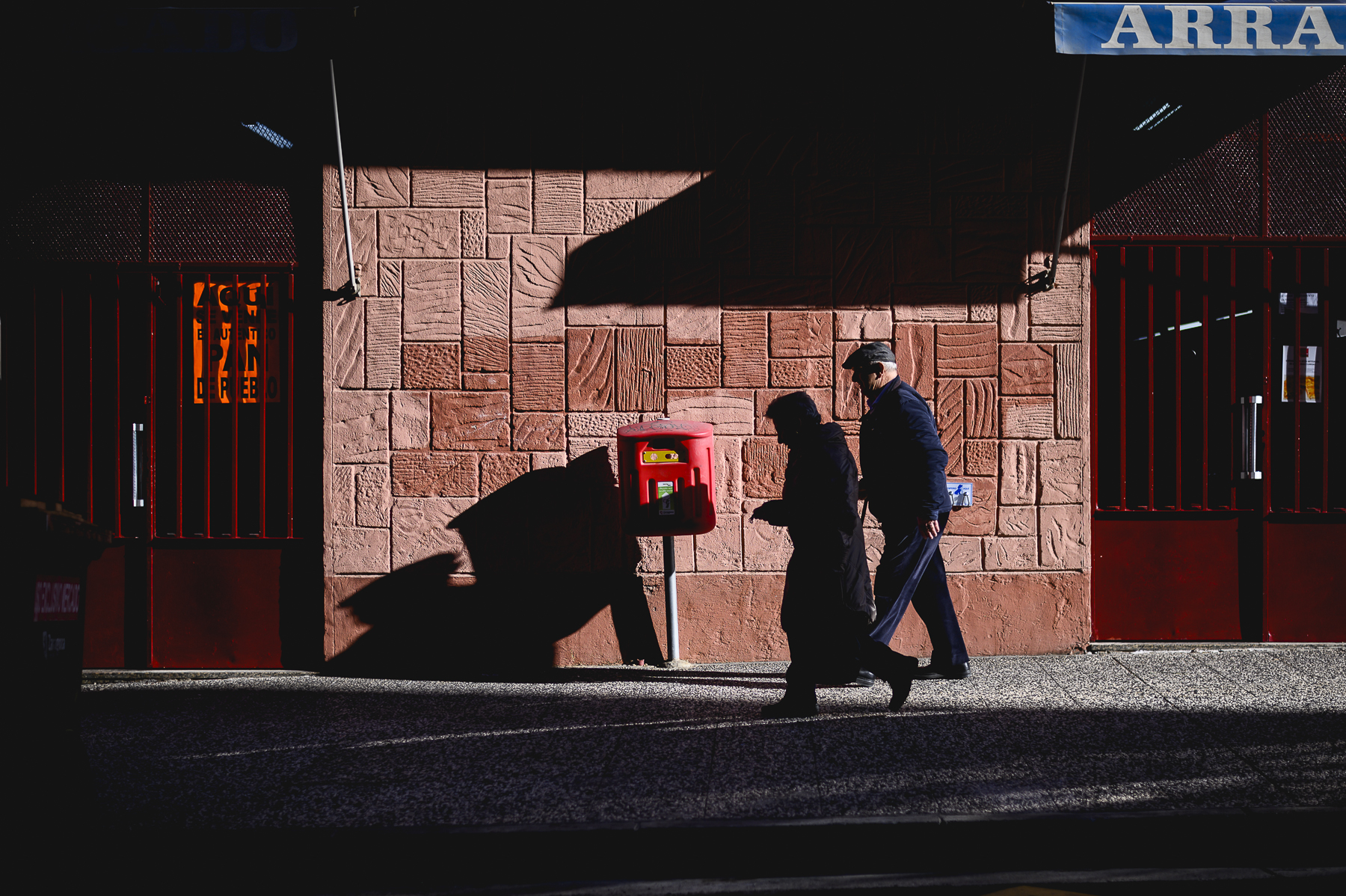 Matrimonio pasea por Arrabal de Zaragoza